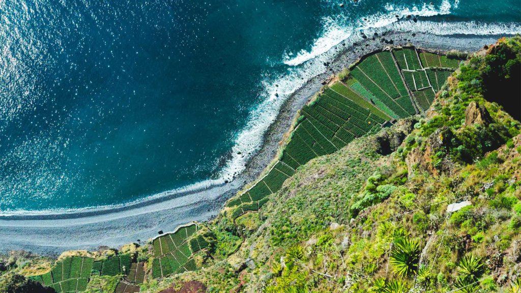 Steile Klippen und fantastische Ausblicke findet man nahezu überall an den Küstenlinien von Madeira.