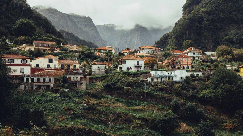Zahlreiche kleine Dörfer und Altstädte laden auf Madeira zum Erkunden und Verweilen ein.