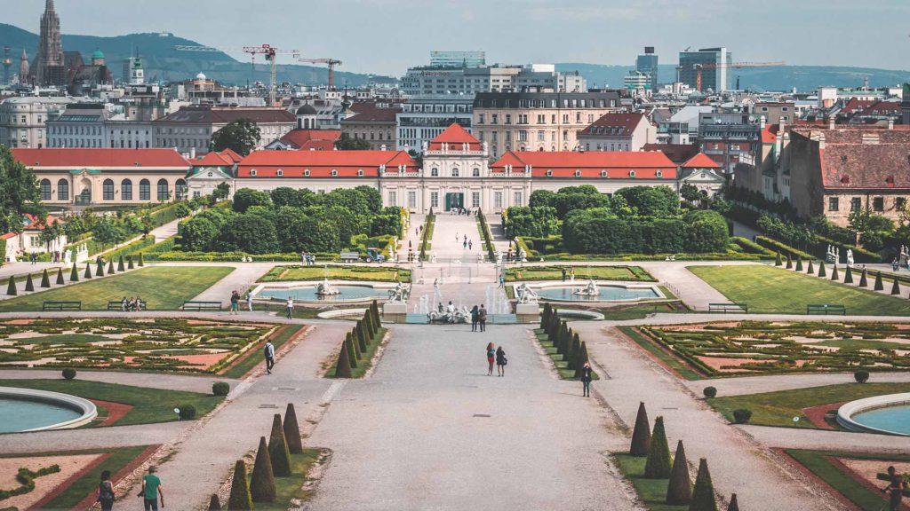Das wunderschöne Schloss Belvedere zeigt Kunstausstellungen und ist damit ein tolles Ausflugsziel für Kulturinteressierte!
