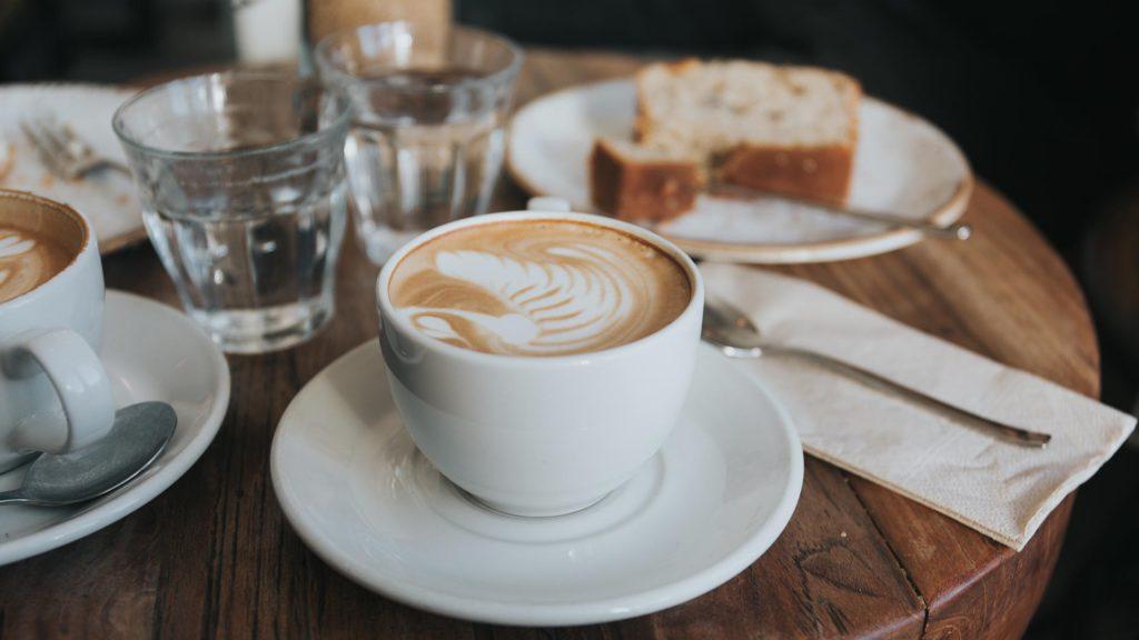 Ein Besuch in einem der berühmten Kaffeehäuser darf nicht fehlen. Das Kaffeetrinken haben die Wiener inzwischen zum Teil ihrer Kultur und des Lebensgefühls gemacht.