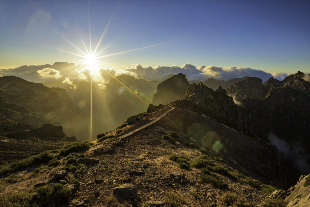 Auf Madeira gibt es besonders schöne Sonnenuntergänge. Vor allem die bergige Landschaft kommt so gut zur Geltung.